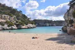 Mer de turquoise à la baie sur Île Baléare Menorca, Espagne Images stock
