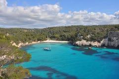 Mer de turquoise à la baie sur Île Baléare Menorca, Espagne Photographie stock