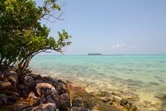 Mer de turquoise le long de la côte de Karimunjawa image stock