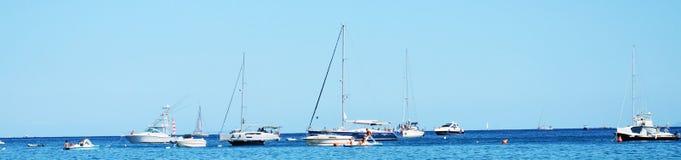 Mer de Tyhrrhenian et bateaux blancs en Toscane, en île de l'Île d'Elbe, l'Italie Image stock