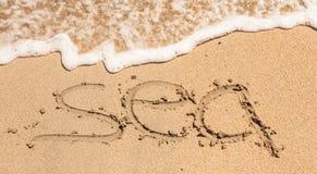 Mer de Word écrite dans le sable sur une plage Photo stock