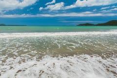 Mer des Caraïbes dans une station de vacances tropicale photos libres de droits
