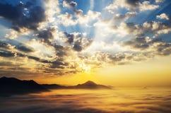 Mer des nuages sur le lever de soleil Images stock