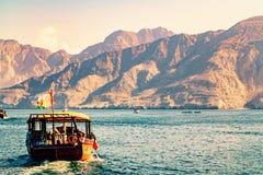 Mer, embarcations de plaisance, rivages rocheux aux fjords du golfe d'Oman photographie stock libre de droits