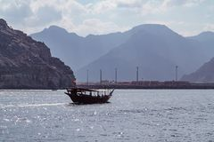 Mer, embarcations de plaisance, rivages rocheux aux fjords du golfe d'Oman photos stock