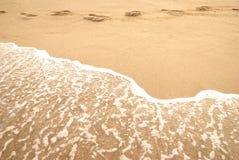 Mer, empreinte de pas et mousse d'été sur un bord de la mer photo stock