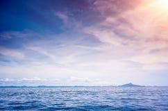 Mer ensoleillée bleue Photos stock