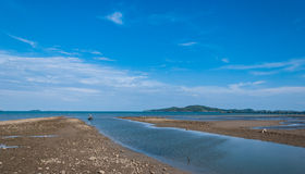 Mer et île avec le ciel bleu profond, paysage Photos libres de droits