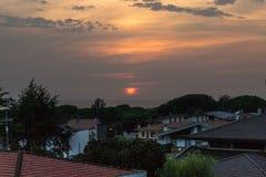 Mer et bâtiments de coucher du soleil image stock