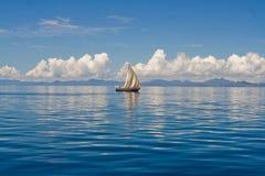 Mer et bateau à voiles Photos libres de droits