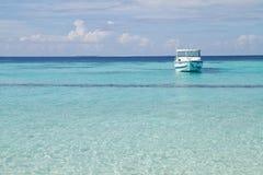 Mer et bateau Photo stock