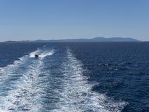 Mer et bateau bleus Photos stock