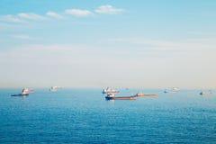 Mer et bateaux bleus de rose à Busan, Corée Photo stock