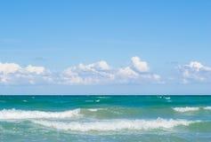Mer et ciel bleu avec des nuages image stock