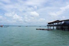 Mer et ciel bleu avec le bateau entre peu d'île Photographie stock