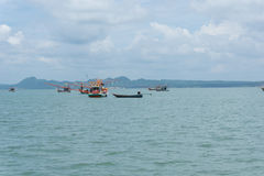 Mer et ciel bleu avec le bateau entre peu d'île Photographie stock libre de droits