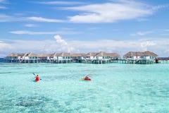 Mer et ciel bleu chez les Maldives Photo stock
