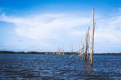 Mer et ciel bleu dans le jour nuageux photographie stock libre de droits