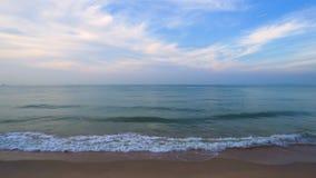 Mer et ciel chez Nam Rin Beach, Rayong, Tha?lande banque de vidéos