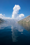 Mer et ciel de montagnes Photographie stock libre de droits
