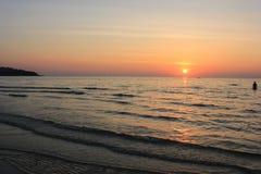Mer et coucher du soleil Photos stock