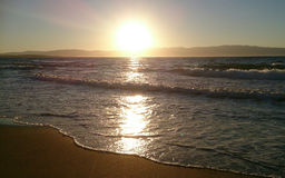 Mer et coucher du soleil en été image stock