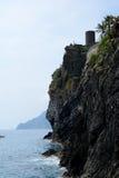 Mer et falaise dans Vernazza, Italie Photographie stock libre de droits