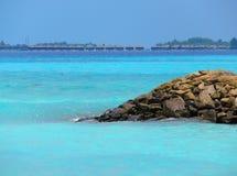 Mer et falaise tropicales photos libres de droits