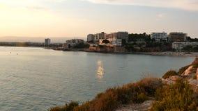 Mer et falaises rocailleuses raides chez l'Espagne banque de vidéos