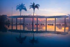 Mer et fond de lever de soleil chez la Thaïlande Photographie stock