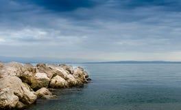 Mer et la roche Images libres de droits