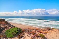 Mer et les ondes bleues de la côte du Portugal. Photo libre de droits