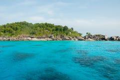 Mer et montagne bleues en île de Similan, Thaïlande Photo libre de droits