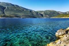 Mer et montagnes de turquoise Belle baie un jour ensoleillé Horizontal magnifique photographie stock