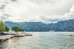 Mer et montagnes en mauvais temps Photo stock