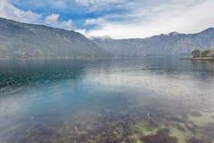 Mer et montagnes par mauvais temps pluvieux Photographie stock
