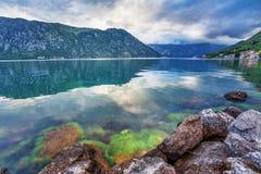 Mer et montagnes par mauvais temps pluvieux Photographie stock libre de droits