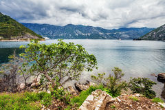 Mer et montagnes par mauvais temps pluvieux Image stock