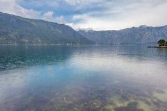Mer et montagnes par mauvais temps pluvieux Image libre de droits