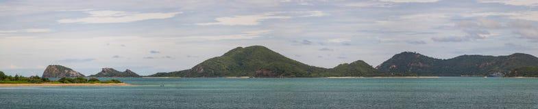 Mer et montagnes pendant la journée Image libre de droits