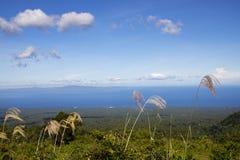 Mer et Mountain View éloigné de paysage d'île Paysage tropical de voyage d'été d'île Nature verte et bleue Photo stock