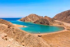Mer et Mountain View de la baie de fjord à Taba, Egypte image libre de droits
