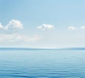 Mer et nuages bleus Images stock
