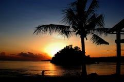 Mer de Bali de coucher du soleil dans le penida de l'Indonésie Nusa Photographie stock libre de droits