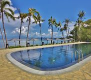 Mer et piscine bleues chez Balesin Photo stock