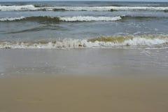 Mer et plage le jour pluvieux Photos stock