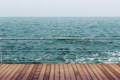 Mer et plancher en bois Photo stock