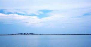 Mer et pont à Langkawi Images libres de droits