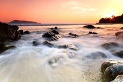 Mer et roche au coucher du soleil, phuket Thaïlande Images libres de droits