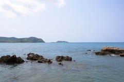 Mer et roche avec le ciel Photo stock